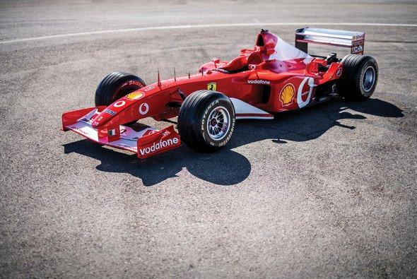 Video: Mick Schumacher v Fioranu dirkal z očetovim Ferrarijem F2002